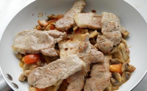 Опята жареные с мясом. Свинина с опятами и сметаной на сковороде