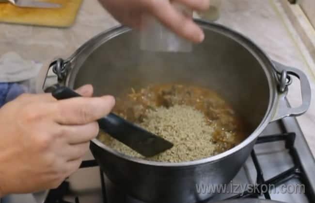 Особенность рецепта харчо из говядины по-грузински состоит также в том, что в блюдо добавляются измельченные орехи.