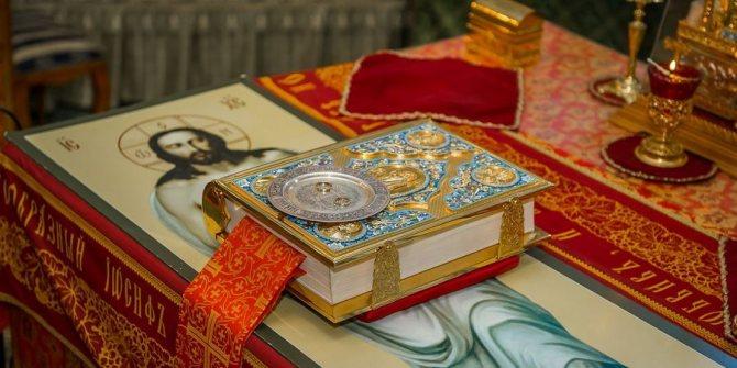 Освещенные символы любви лежат на престоле
