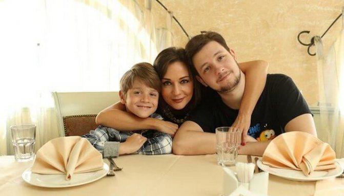 От двух браков у Татьяны есть два сына. Александру сейчас двадцать шесть лет. Его младшему брату Никите — двенадцать