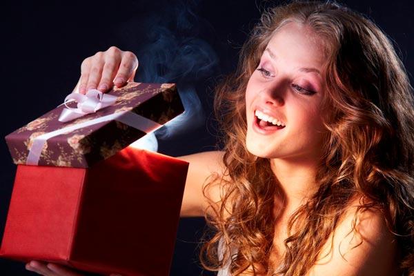 Открывает подарок