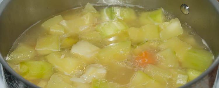 Отварите овощи, перед тем как приготовить крем-суп для детей.