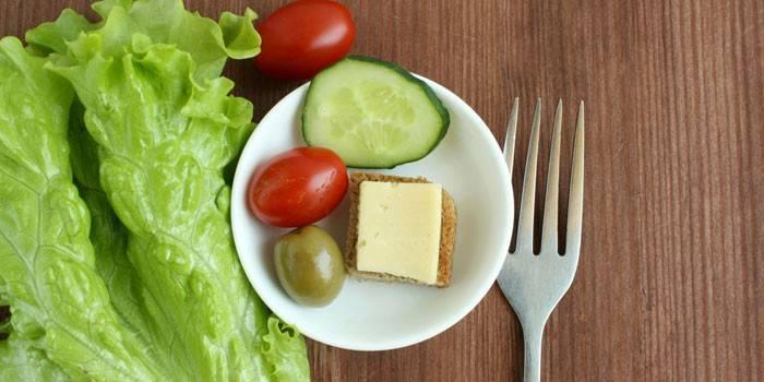 Овощи и бутерброд с сыром