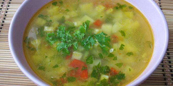Овощной супчик в тарелке