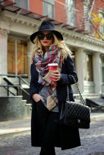 пальто с глубоким вырезом стильный лук и шляпа