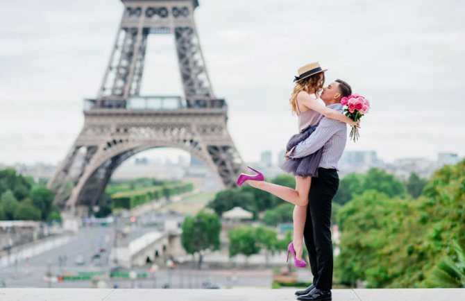 пара влюбленные франция эйфелева башня любовь романтика
