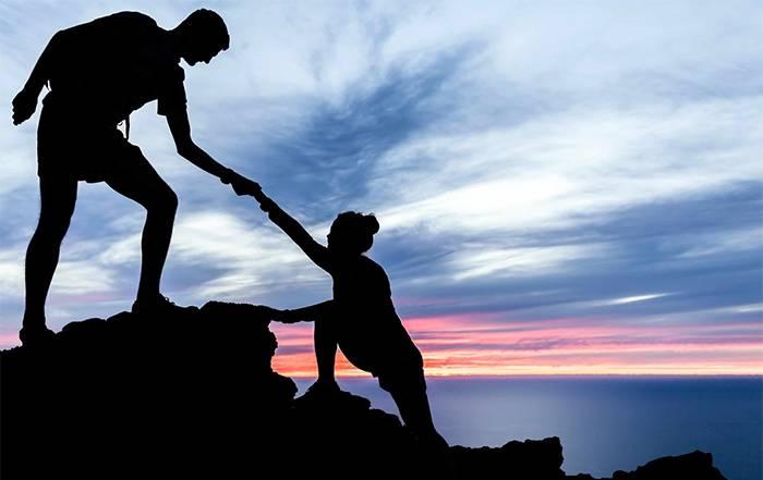 Парень и девушка на вершине горы