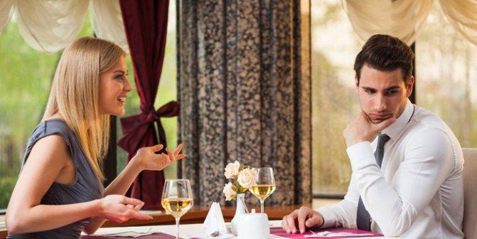 Парень и девушка обедают в ресторане