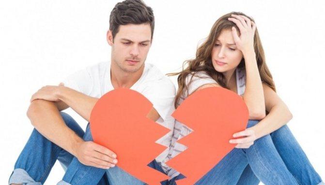 Парень и девушка разрывают сердце