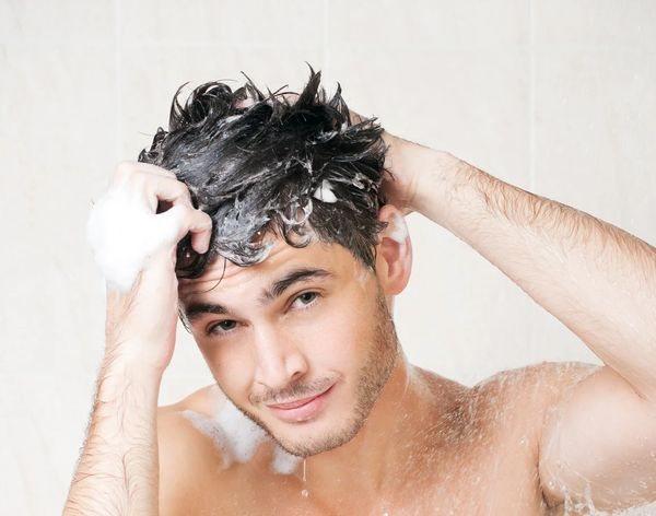 парень моет голову