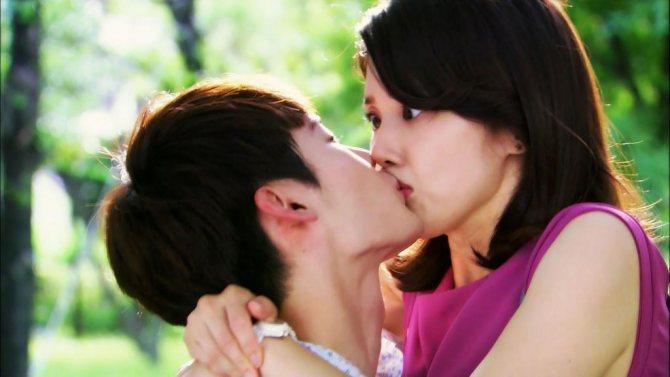 Парень неожиданно поцеловал девушку.