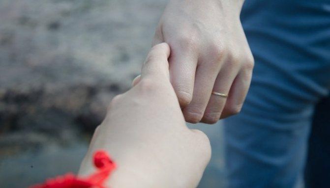 Парень отпускает палец девушки