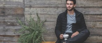 Парень пьёт кофе