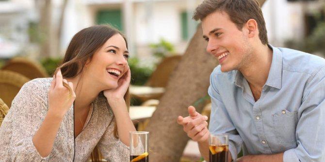 парень рассказывает девушке какие-то увлекательные истории