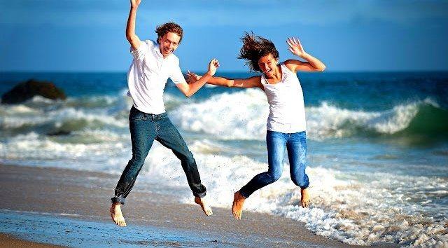 Парень с девушкой веселятся на пляже