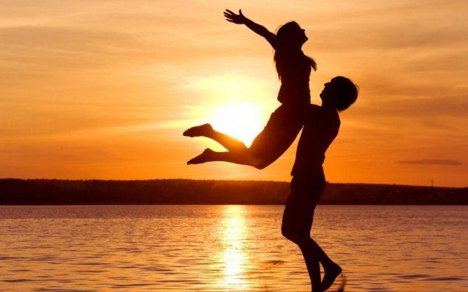 Парень с девушкой, закат