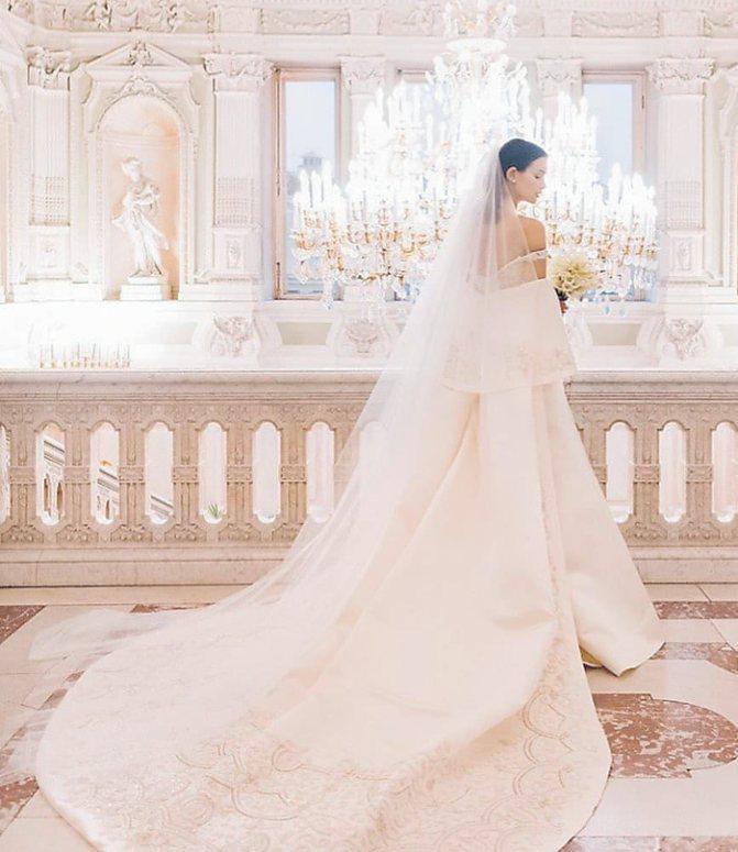 Паулина Андреева в роскошном свадебном платье в дворцовых интерьерах. Пока это единственный снимок с нашумевшей свадьбы