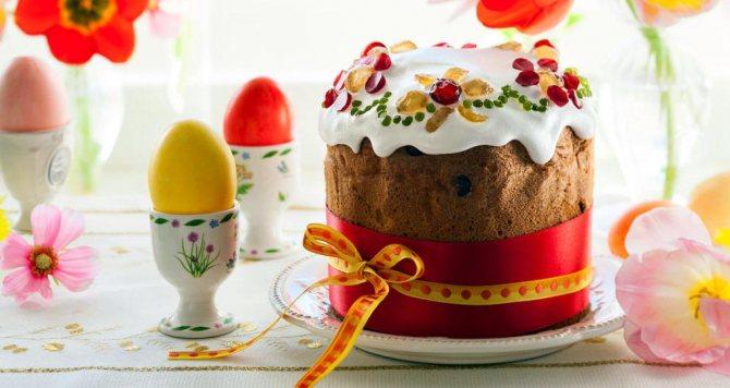 печь куличи и красить яйца