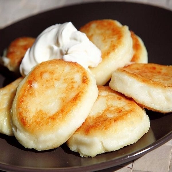 Печеные сырники со сметаной