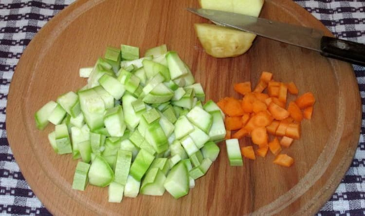 Перед тем как приготовить овощной крем суп, нарежьте овощи.