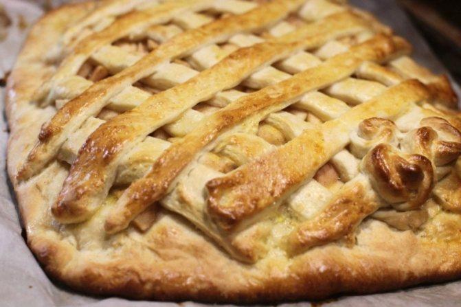 Пирог с яблоками и творогом из слоеного теста