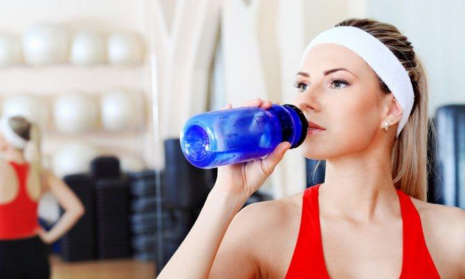 Пить воду во время тренировок