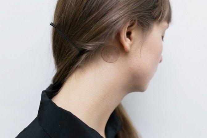Пластырь от укачивания клеят за уши.