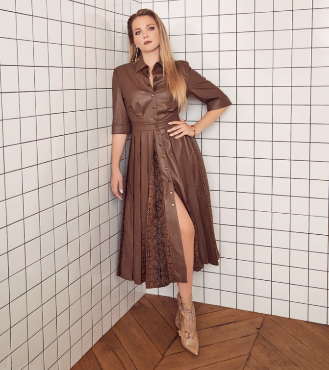 Платье, ALENA AKHMADULLINA; серьги, браслет, Exclaim; обувь, BRULLOFF