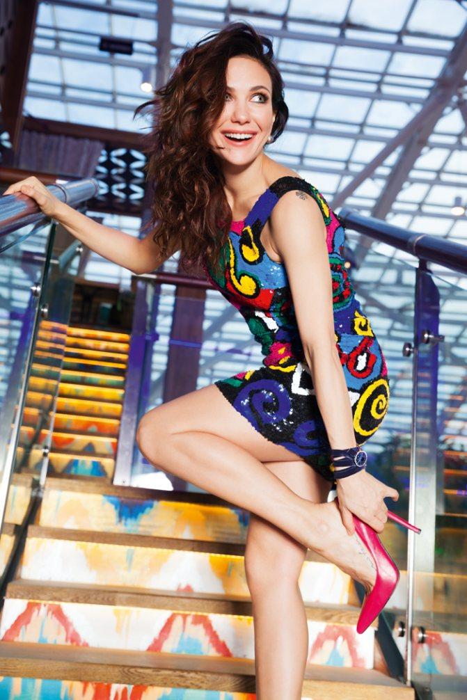 Платье, Alla Couture; туфли, Stuart Weitzman; украшения, VALTERA