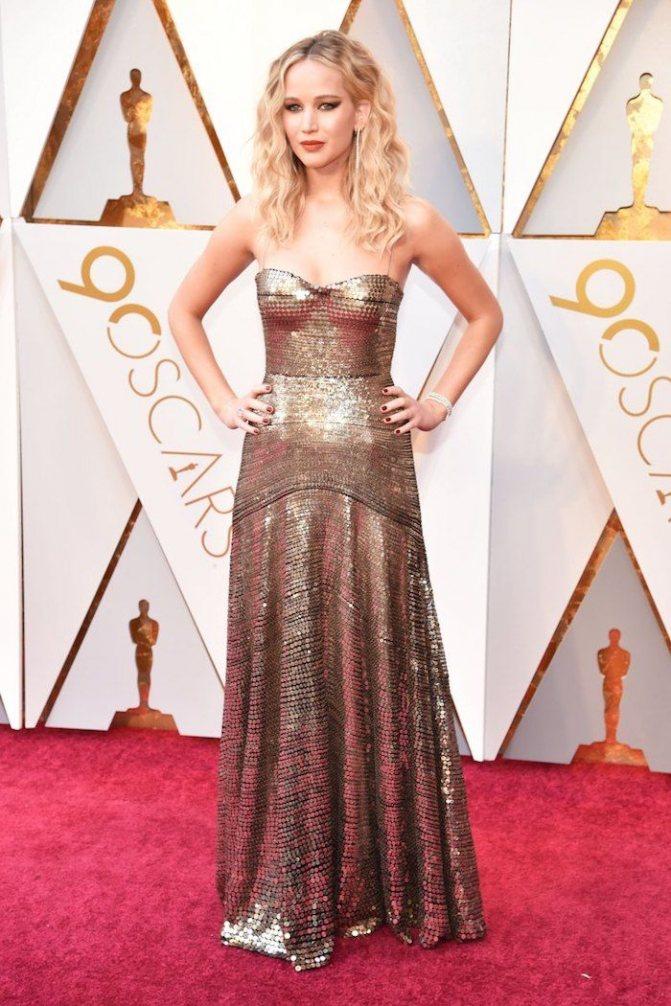 Платье Дженнифер Лоуренс на красной дорожке Оскар-2018