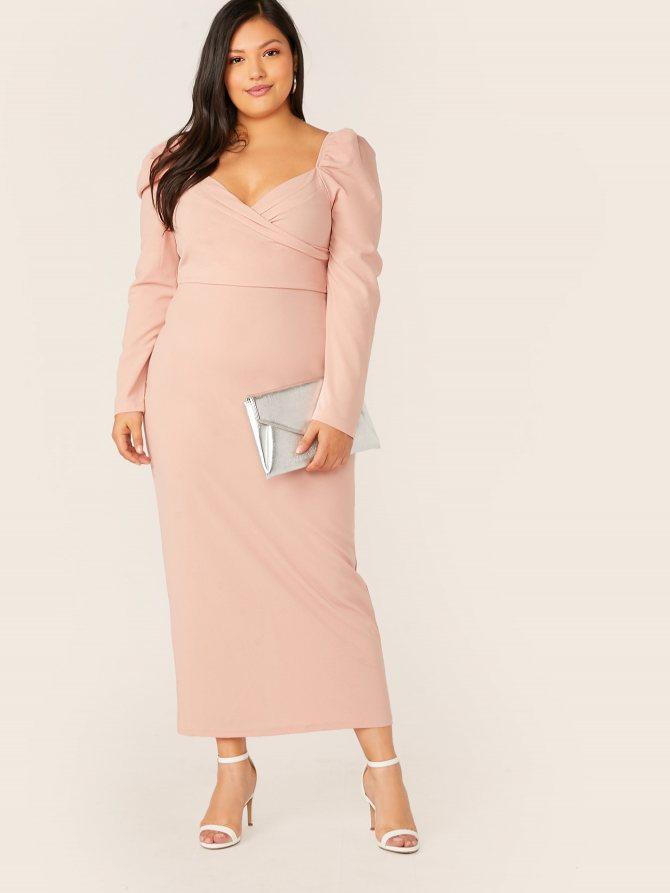 Платье-карандаш размера плюс с вырезом-сердечком