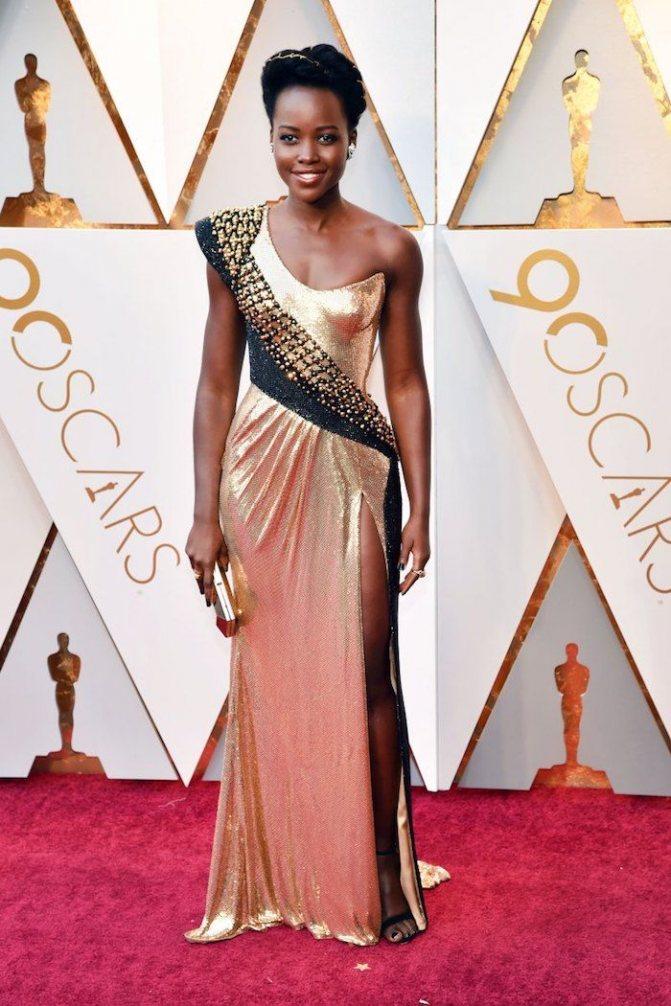 Платье Люпиты Нионго на красной дорожке Оскар-2018