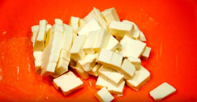 Плавленный сыр нарезать кубиками