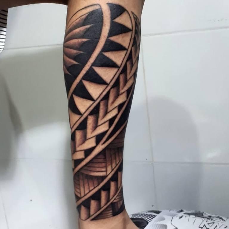Племенное женское тату на ноге