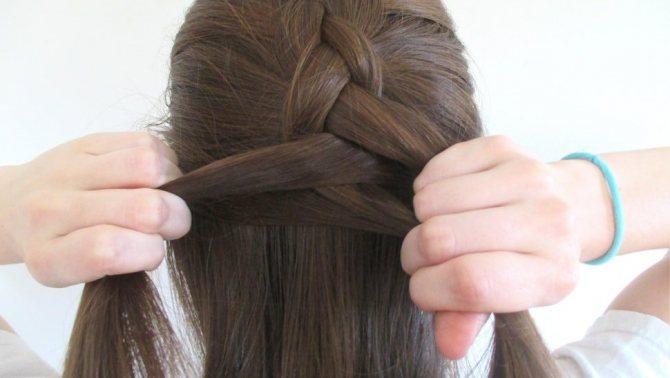Плетение обратной французской косы