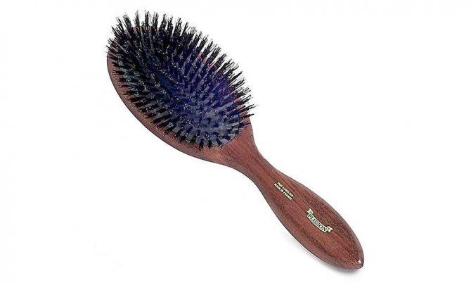 Плоская широкая щетка для волос из натуральной или искусственной щетины.