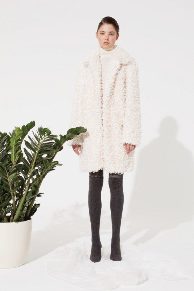 Плюшевый мишка: пушистые пальто и жакеты из цветного искусственного меха - галерея №1 - фото №4