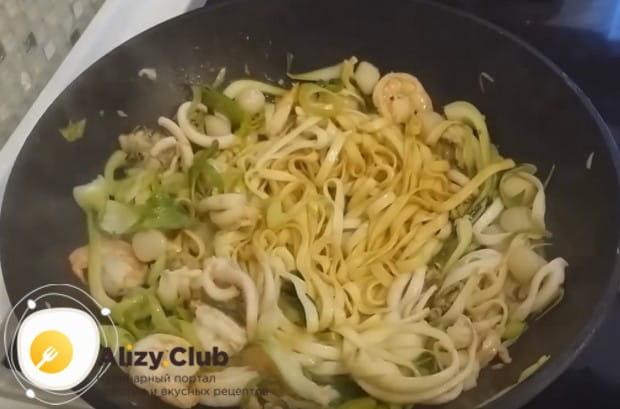 По этому же рецепту лапшу вок можно приготовить просто с креветками.
