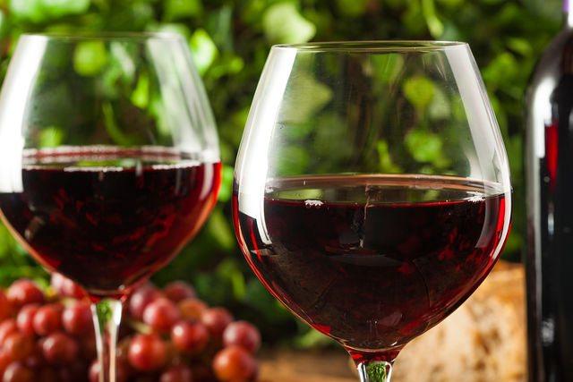 По классическим канонам, красное мясо идеально подходит к красным сухим и полусухим винам и красным томатным соусам