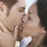 Поцелуй девушки и парня