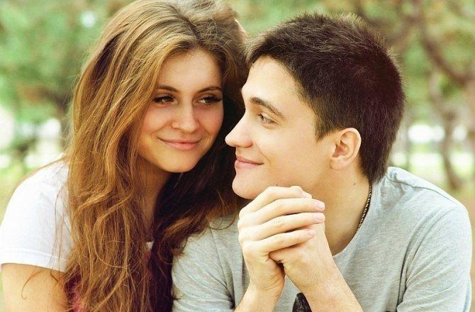 Почему мужчина смотрит на губы? Учимся понимать язык жестов мужчины