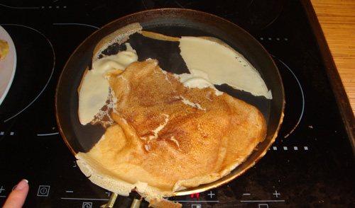 Почему рвутся блины: при переворачивании, жарке, чего не хватает, что делать, прилипают к сковороде, добавить в тесто, фото и видео