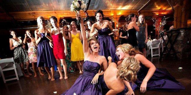 Почти каждая невеста бросает букет