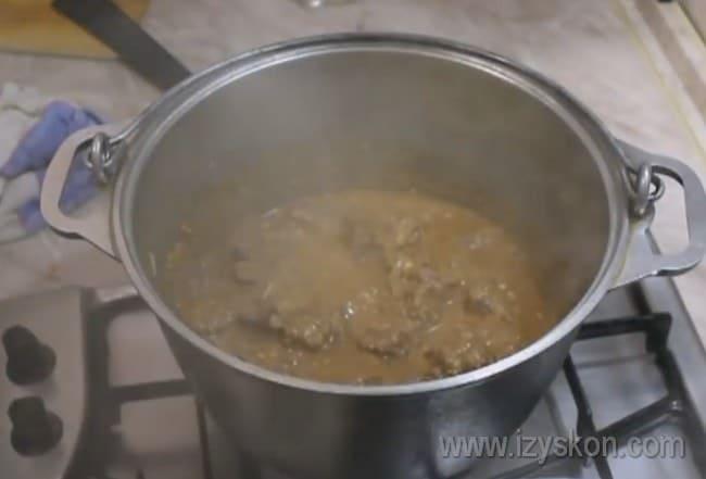 Подготовленную зажарку надо еще несколько минут протомить, чтобы харчо из говядины был ароматным и наваристым.