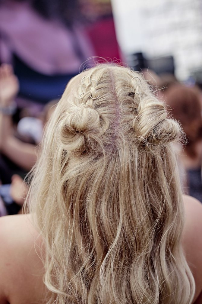 полураспущенная прическа плетение светлые волосы
