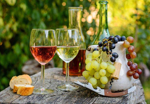 Полусладкие вина можно подавать к морепродуктам и овощным закускам, к сыру, колбасе, блюдам под сметанным соусом