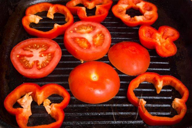 помидоры и перцы на сковороде гриль
