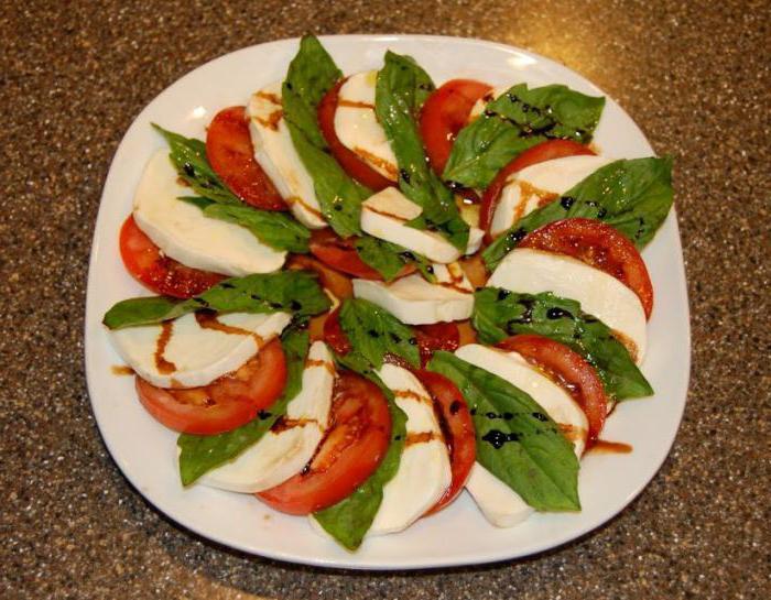 помидоры с моцареллой и базиликом фото