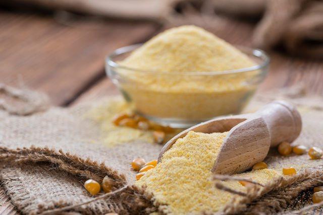 Попробуйте приготовить кукурузные блины на молоке — они получаются очень нежными и аппетитными