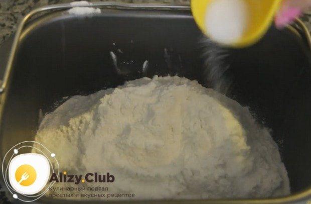 После муки добавляем соль.